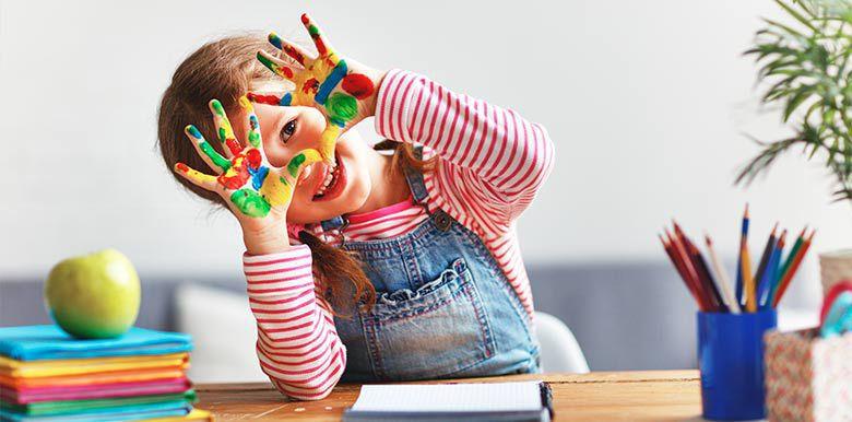Enfant qui participe à un atelier DIY